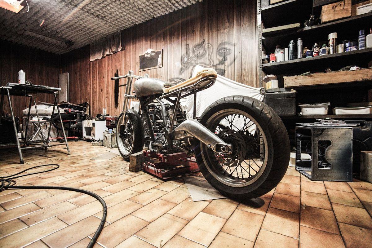 motocykl w warsztacie
