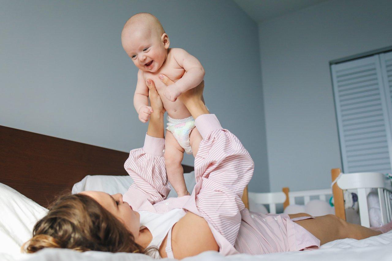 dziecko podczas zabawy z mamą